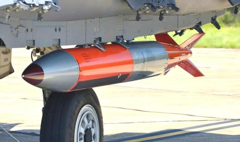 美军战斗机挂新式核弹参加军演,为长崎原子弹两倍当量!