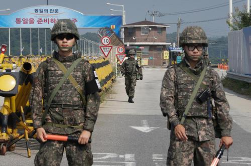 韩军下发新冠防疫指南 官兵当面汇报时要保持2米距离