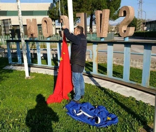 意大利挂起中国和俄罗斯国旗取代欧盟旗 以表达对两国援助的感谢