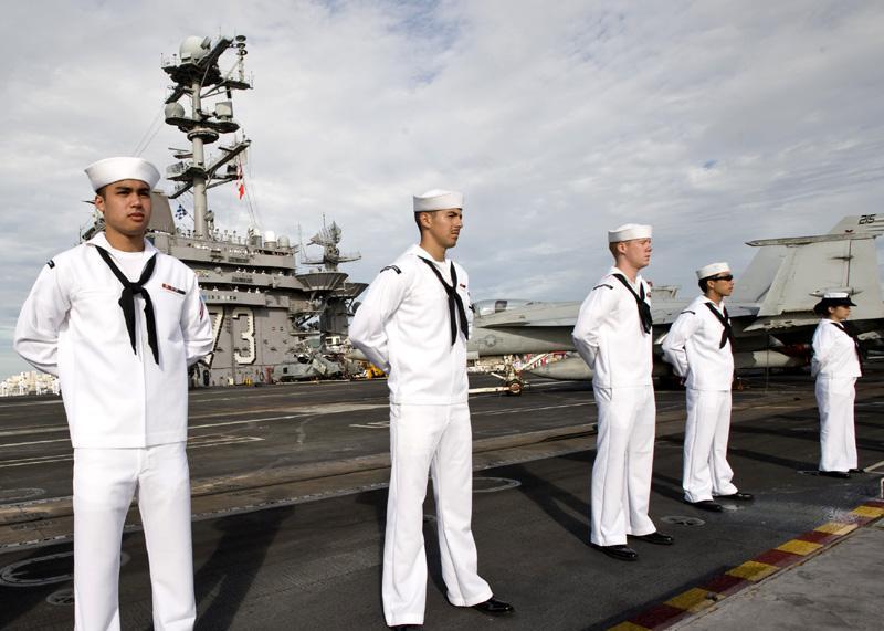 新冠疫情阴影笼罩驻外美军士兵,美航母3人确诊隔离数千人