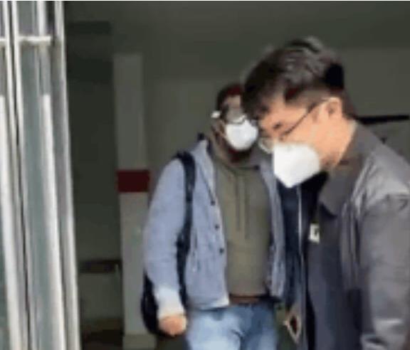 青岛外国人插队检测被批评教育 手写11行道歉信
