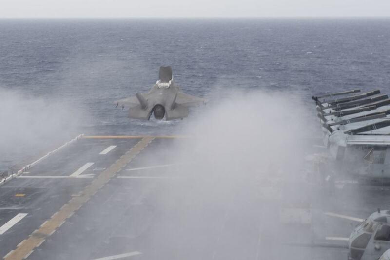 美国航母趴窝准航母却没闲着,带着F-35在南海周边演练