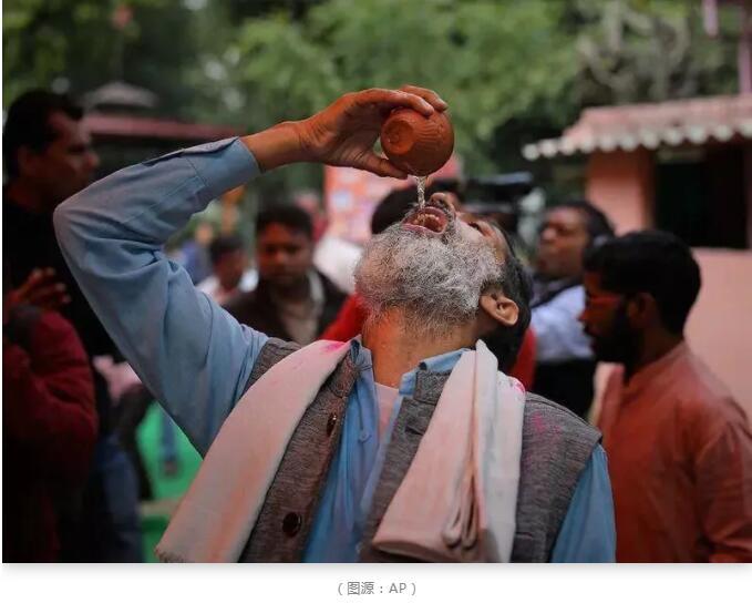 """印度硬核抗疫:警察戴""""新冠病毒""""头盔执法"""