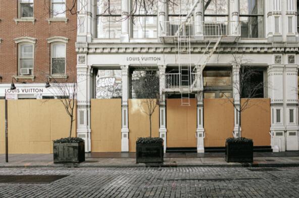 纽约已超1500名警察确诊,店铺纷纷加固木板自救