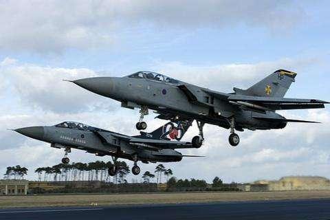 预计死亡人数暴增,英军将多座轰炸机旧机库改为停尸间