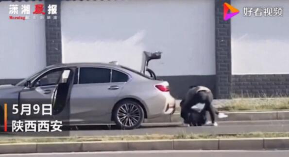 西安男子当街殴打女生欲塞后备箱,路人拍视频才停止