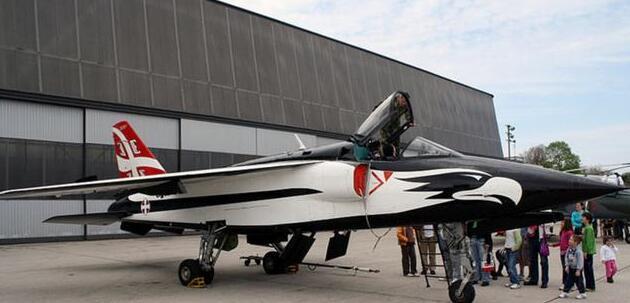 与飞豹太像了且还以歼字开头,差点儿以为它是中国战机