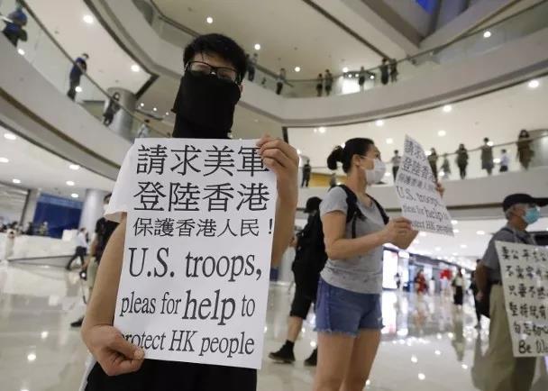 """惊!香港有人举牌""""求美军登陆""""!这娃真……"""