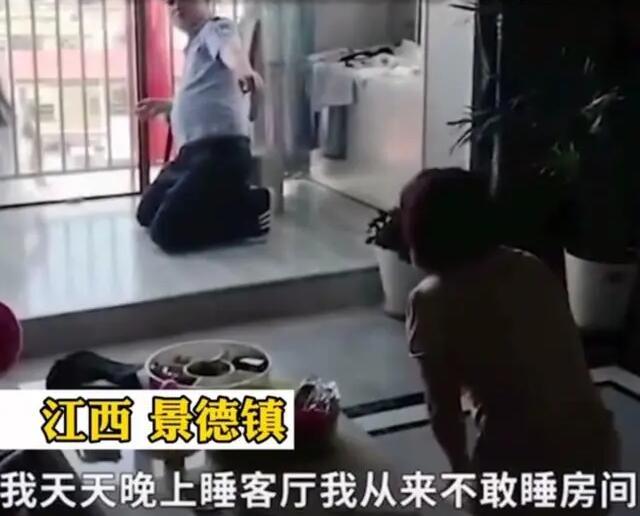 10岁女孩与姐姐闹矛盾要跳楼,妈妈跪地哭求原谅!