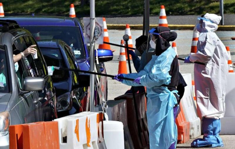 美国新冠肺炎累计确诊逾167万例 群众朝特朗普车队竖中指