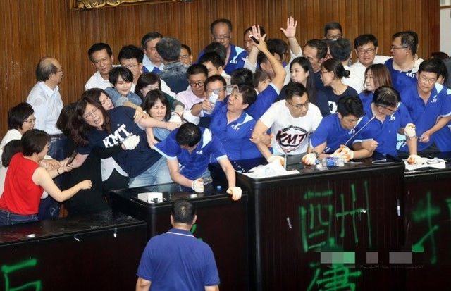 """台""""立法院""""上演肢体冲突,国民党""""立委""""占据议场一晚后撤走"""