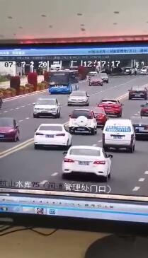 贵州冲进水库大巴内有高考学生 公交车冲入水库瞬间视频曝光