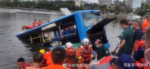 贵州安顺公交车坠湖事故已救出18人 有高考学生
