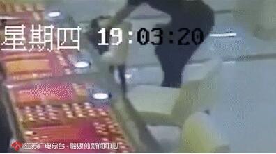渣男一枚:小伙白天持斧头抢金店竟让女友背锅!