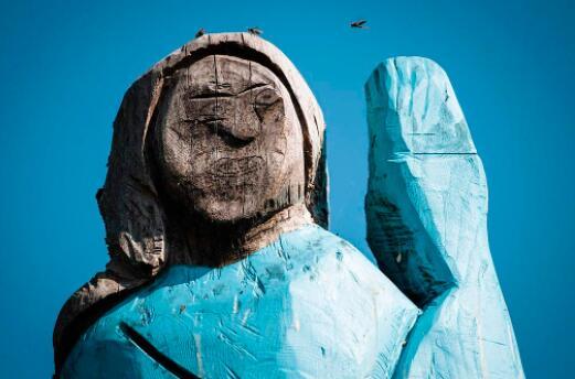 独立日当天,梅拉尼娅雕像也难逃厄运 惨遭纵火焚毁