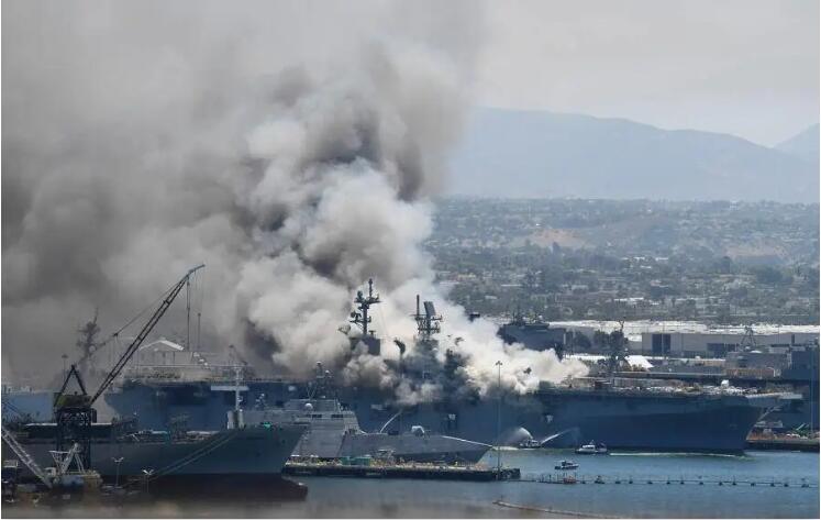 三哥附体?美国两栖攻击舰为何突然爆炸着火!