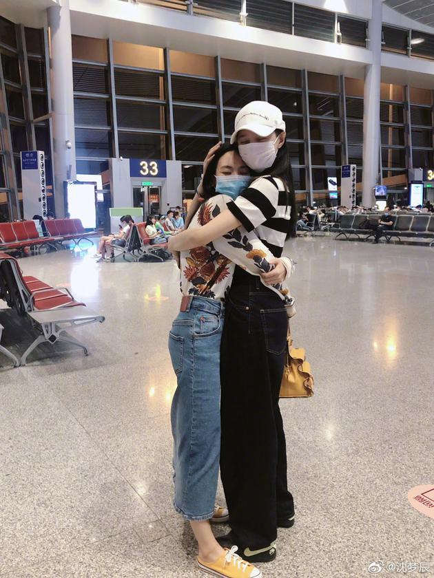 磕了这对CP!沈梦辰机场偶遇王霏霏相拥热聊