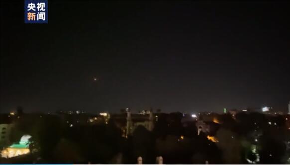 央视记者手机拍摄以色列空袭叙利亚 防空系统拦截空袭导弹