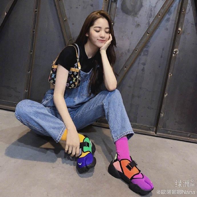 欧阳娜娜绿洲晒美照 穿背带裤搭跳色运动鞋青春有活力