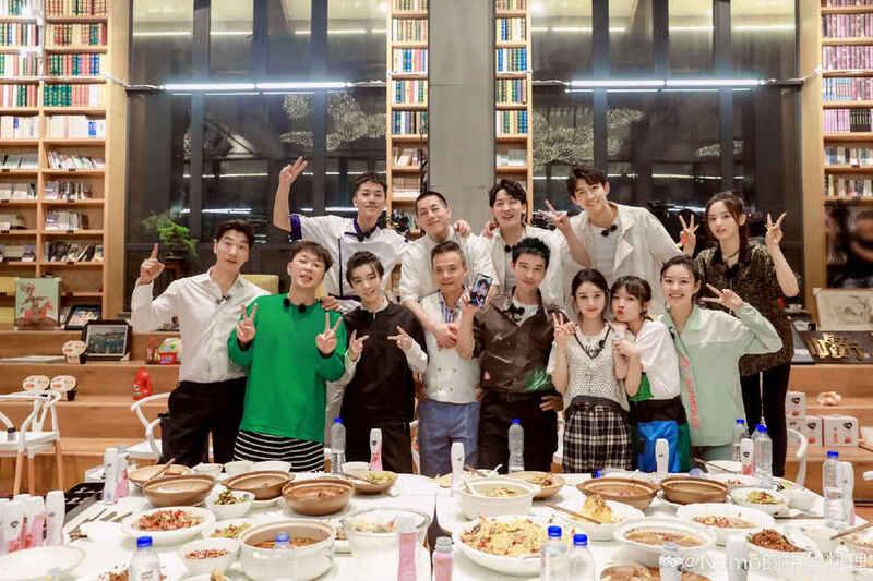 《中餐厅4》再曝合照 赵丽颖王俊凯等比剪刀手笑容灿烂