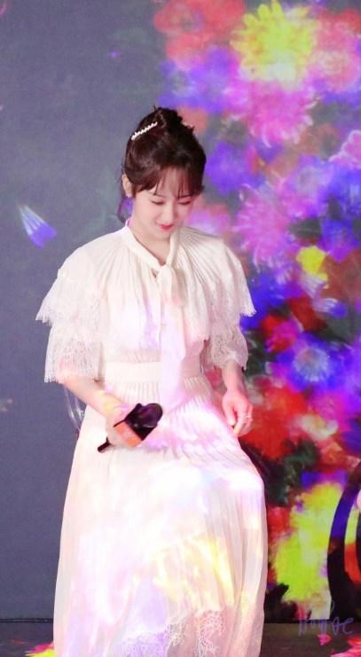杨紫穿白色蕾丝连衣裙头发盘起造型清纯可爱