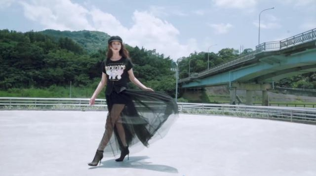 林志玲穿黑色纱裙秀美腿 造型百变可盐可甜