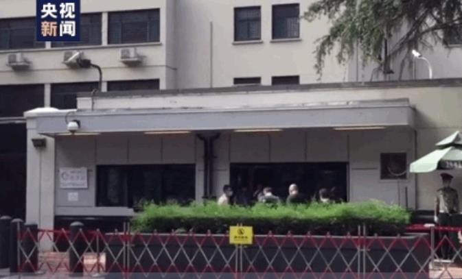 刚刚,美国驻成都总领事馆降下了美国国旗 现场画面曝光