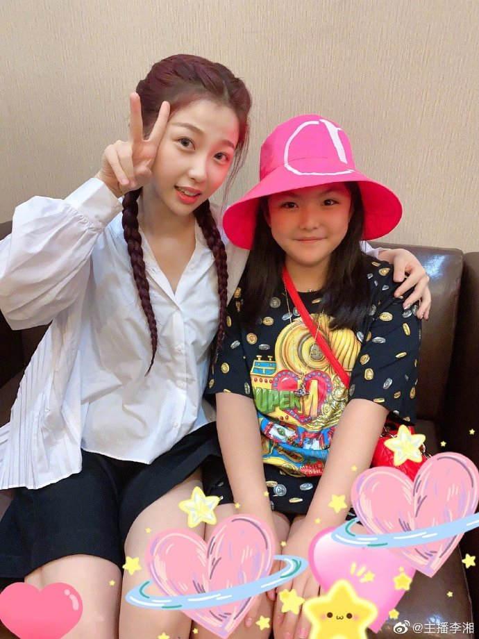 李湘晒女儿与THE9成员合影 Angela戴荧光粉帽子淑女范儿