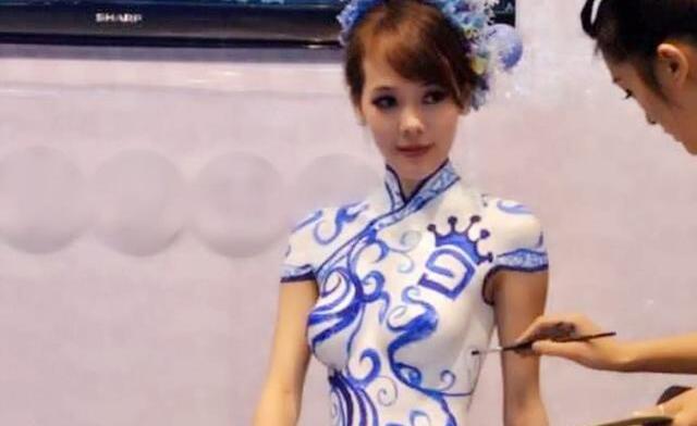 美女在身上画了件旗袍就出门,网友纷纷感叹:这才是艺术!
