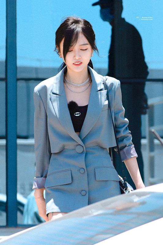 吴宣仪穿短裤搭灰色西装秀长腿 扎马尾侧颜清冷又美又飒