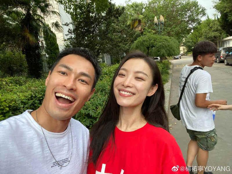 杨祐宁《流金岁月》杀青晒合影 与刘诗诗倪妮同框笑容灿烂
