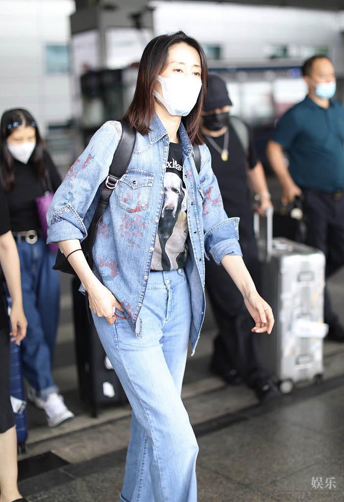 刘敏涛穿牛仔装时髦减龄 见粉丝主动挥手