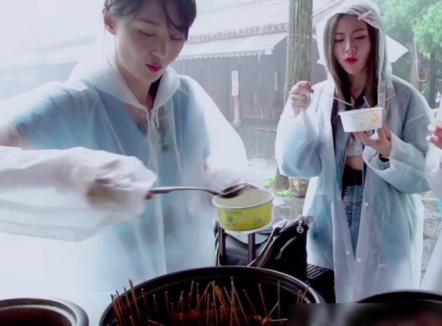 郑爽许佳琪谢可寅同框录综艺 三女孩穿雨衣吃路边摊