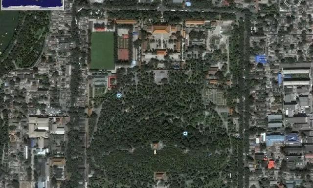 北京景山公园的俯瞰图,有一尊巨大恐怖坐像,原型到底是谁?