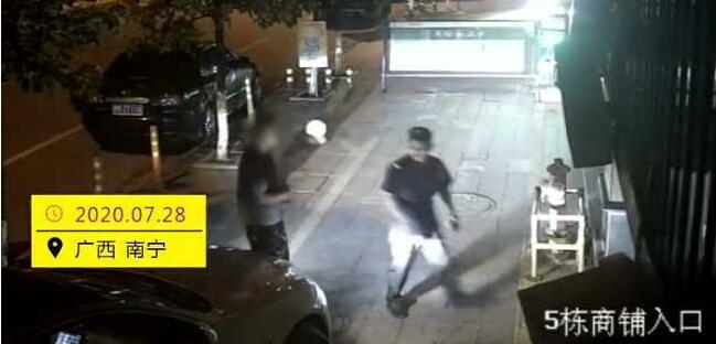 男子殴打保安半小时:我爸是公安局副局长!