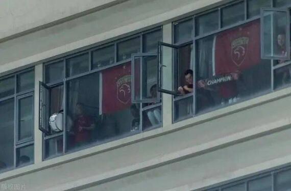 """中超""""球景房""""后续:酒店封窗,比赛期间不开灯!"""