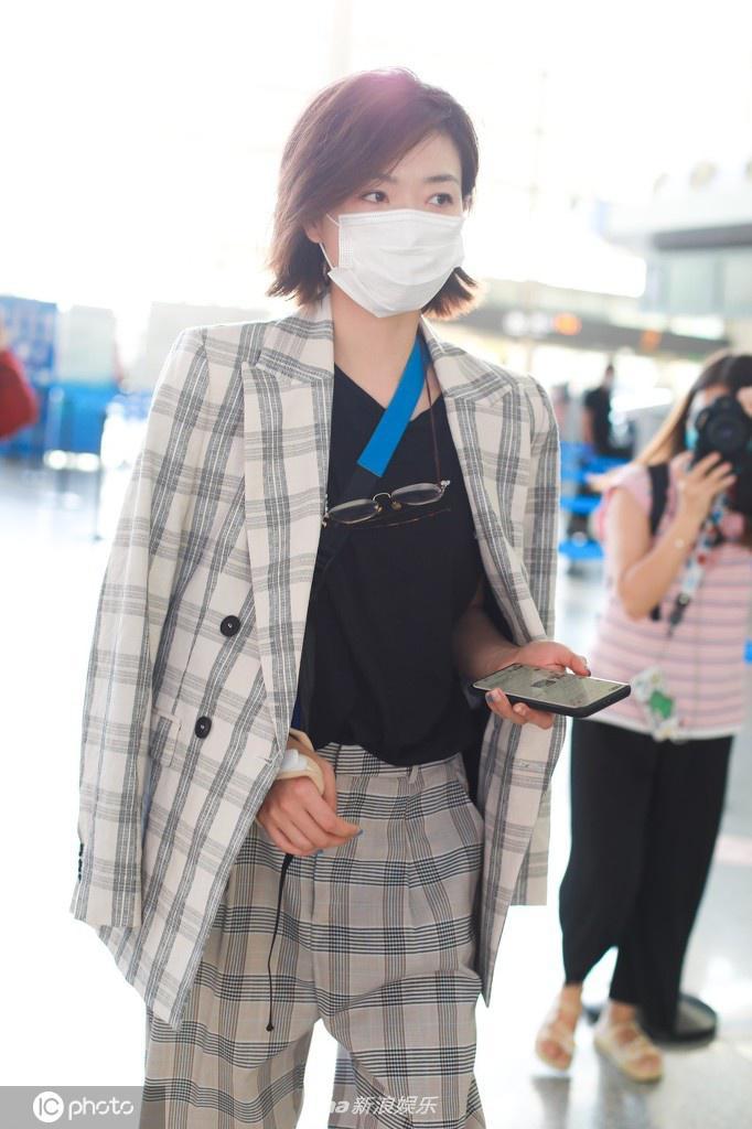 万茜出车祸后首次现身机场 手缠绷带身披西装飒爽干练
