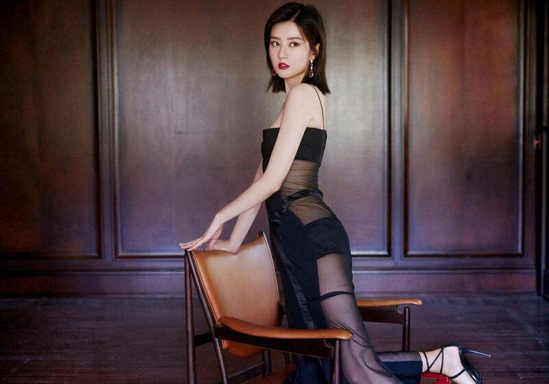 乔欣穿黑色吊带透视鱼尾裙亮相 秀优越身材长腿吸睛