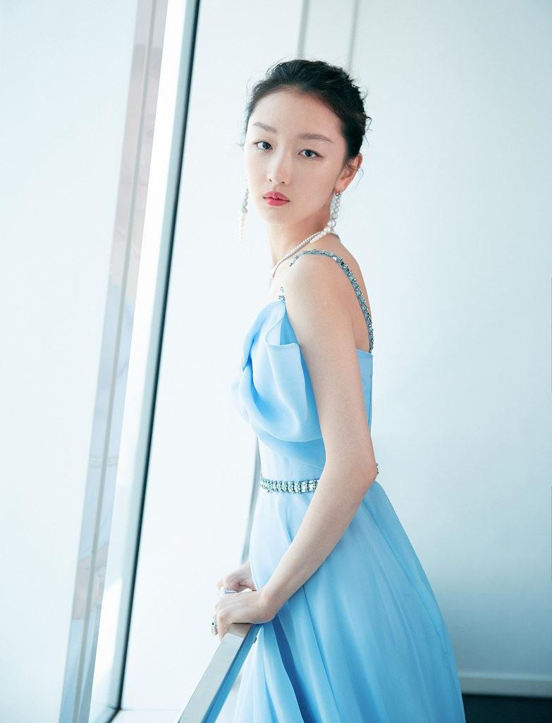 周冬雨穿冰蓝色蝴蝶抹胸裙显白皙 戴高级珠宝亮相优雅华丽