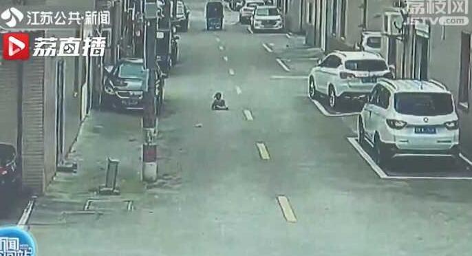 4岁幼童躺马路中间玩耍遭车碾压,结局让人家长后怕!