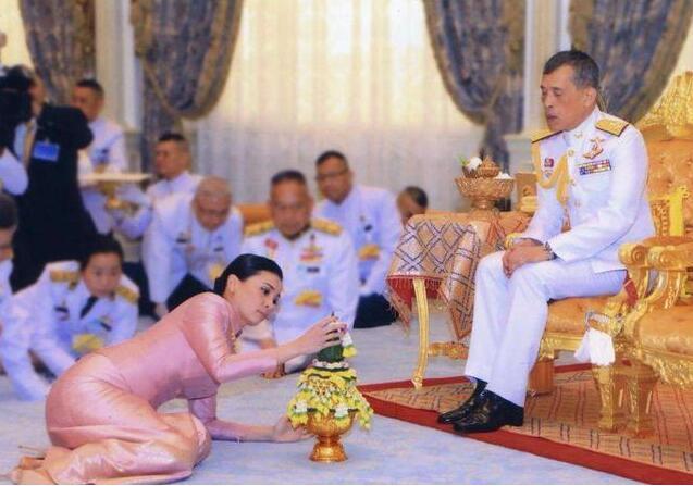 68岁泰王有多冷血?让娇妻趴在地上吃狗食,狗都比王妃娇贵