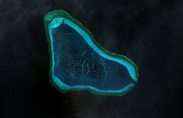 特朗普意图轰炸黄岩岛,核动力航母密集出动,轰6警告失效