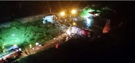 突发:印度载190余人客机降落时冲出跑道断成两截,多人伤亡!