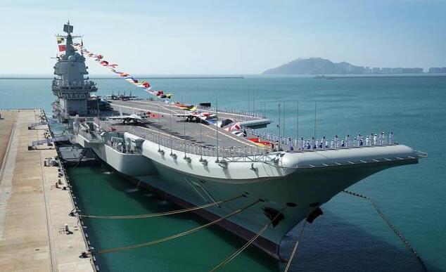 航母边上的杆子不是用来海钓,改善官兵伙食的,是叫可倒桅