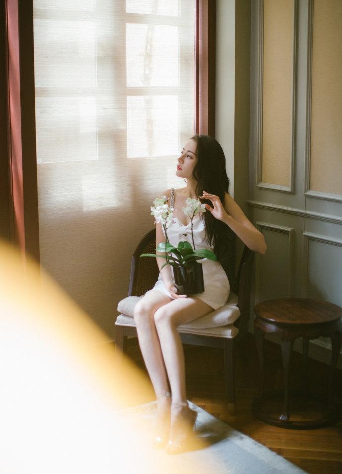 热巴穿白色蝴蝶结吊带裙秀美腿 妆容精致气质优雅