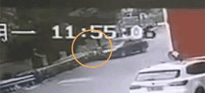 男子一路狂奔,女司机一脚油门将其撞下河道!