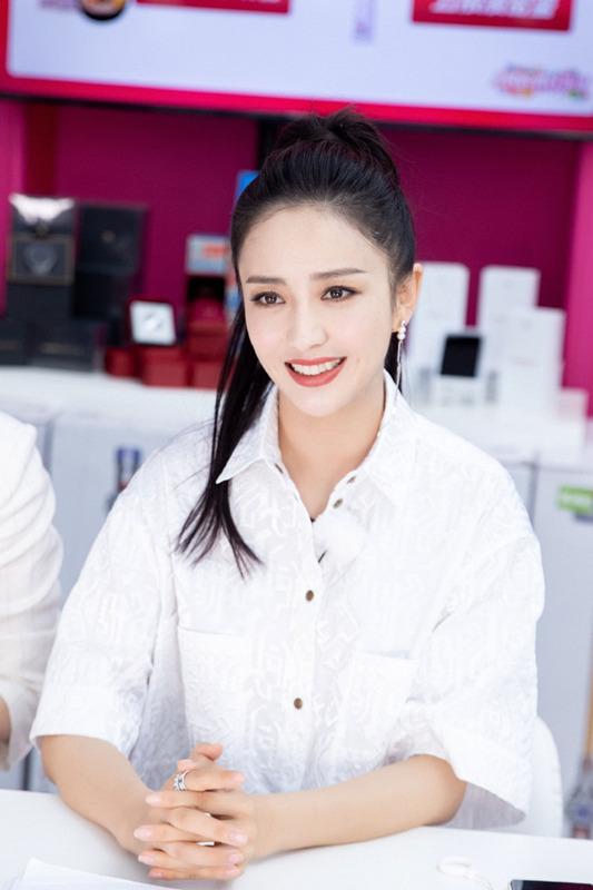 佟丽娅白色露腰小衬衫搭配蓬蓬裙 扎高马尾显干净清爽