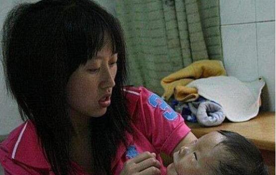 """湖南湘乡一婴儿出生自带""""面具"""" !真相却是被吓哭"""