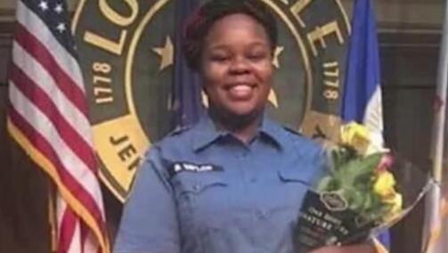 美国黑人女子被警察枪杀半年后,陪审团的怒火又被激起!