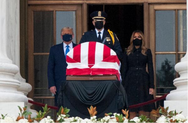 悼念金斯伯格时现场混乱,民众呼声:赶特朗普下台!